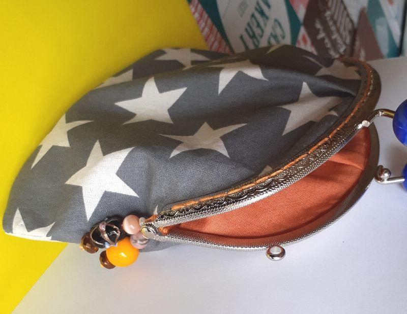 Kleinesbild - Traum Universal-Täschchen mit Sternen - hochwertiger Taschen-Bügel mit 2 blauen großen Kugelgriffen