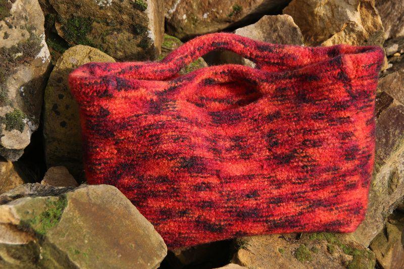 - Henkeltasche in verschiedenen Rottönen gestrickt und verfilzt, Filztasche, Tasche - Henkeltasche in verschiedenen Rottönen gestrickt und verfilzt, Filztasche, Tasche