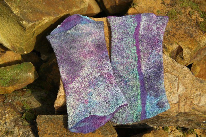 - Handgefilzte Armstulpen aus violett-blau mellierter Wolle und Pongeeseide - Handgefilzte Armstulpen aus violett-blau mellierter Wolle und Pongeeseide