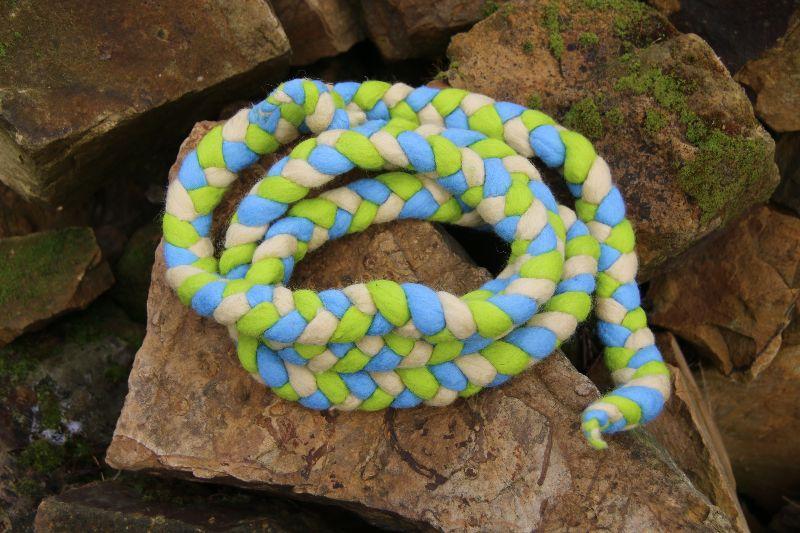 - Spring- und Hüpfseil, geflochten und gefilzt, dreifarbig, creme-grün-blau   - Spring- und Hüpfseil, geflochten und gefilzt, dreifarbig, creme-grün-blau