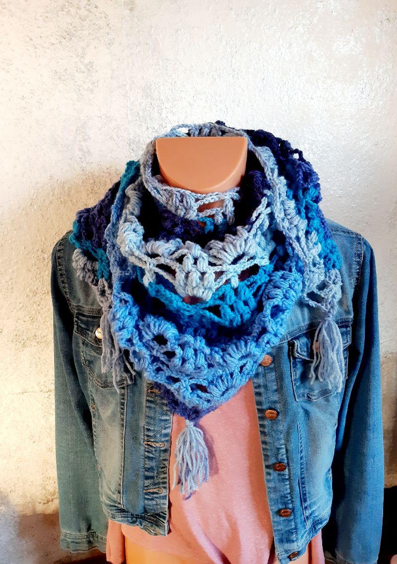 - Winterliches Dreieckstuch in Blautönen * Schultertuch * Umlegetuch * toller Farbverlauf - Winterliches Dreieckstuch in Blautönen * Schultertuch * Umlegetuch * toller Farbverlauf