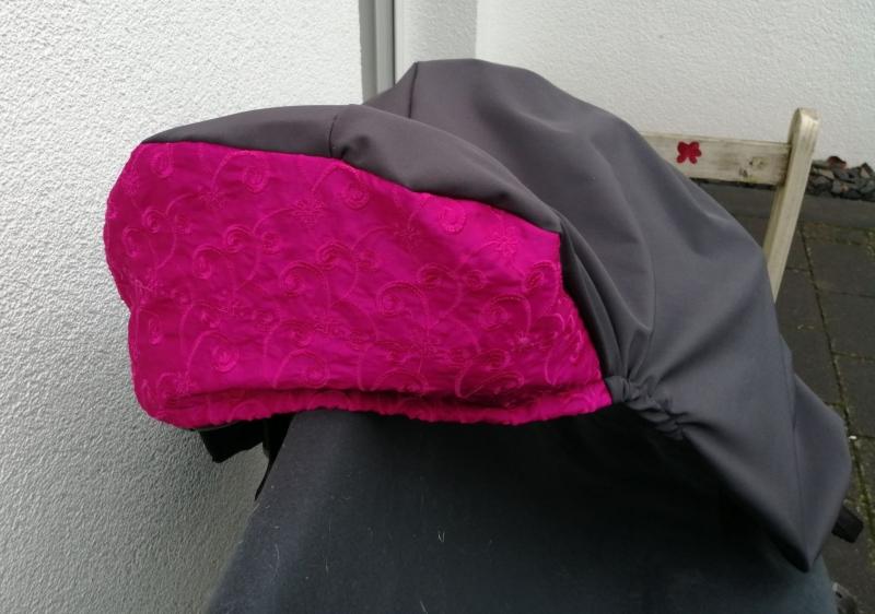 Kleinesbild - Sattelschoner grau/pink, wasserabweisend mit passenden Steigbügelhüllen und individuell bestickbar!!!