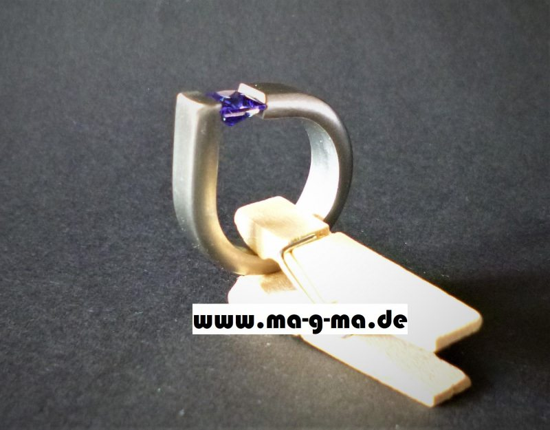 Kleinesbild - Designer - Ring aus Edelstahl handgefertigt mit tansanit-blauem Zirkonia kaufen