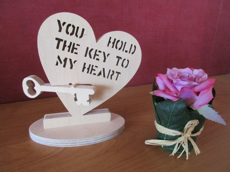 Kleinesbild - Ein handgefertigtes Holzherz mit Schriftzug aus Holz,Holzherz,Schriftzug,Liebe,Geschenk,