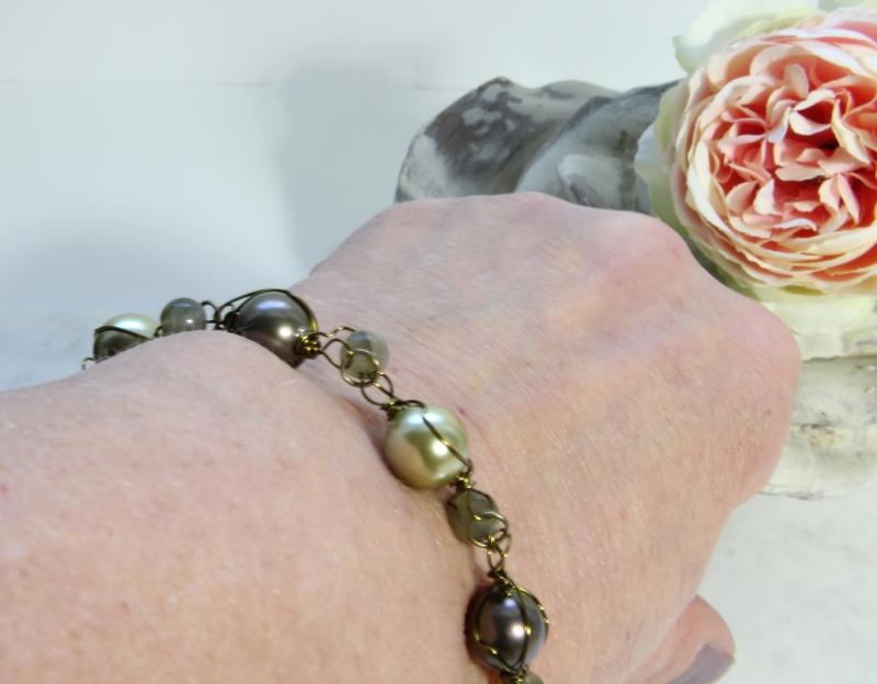 Kleinesbild - Armband Muschelkernperle Wire Wrapping Goldfarben