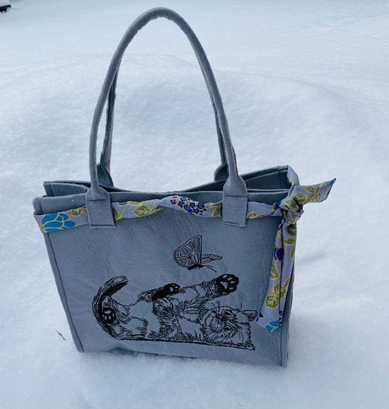 Kleinesbild - Tasche aus Filz Shopper Einkaufstasche,Tragetasche, Katze spielend Handgenähte und BestickteHandgenähte und Bestickte