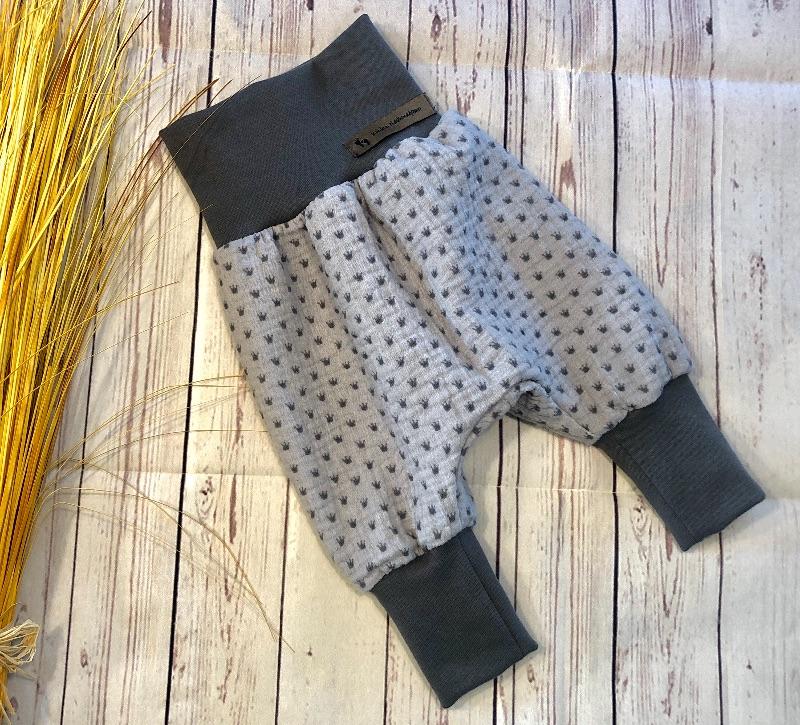 Kleinesbild - Set Baby Musselin Gr.56, Pumphose, Halstuch und Babymütze grau Krönchen, Geschenk zur Geburt oder Taufe
