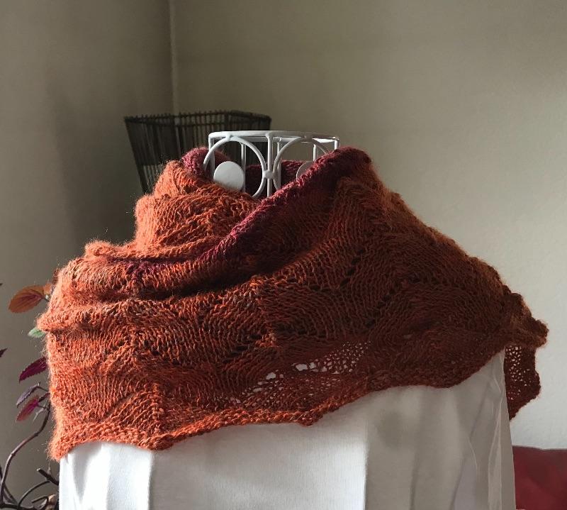 Kleinesbild - Gestricktes Tuch mit Wellenmuster in Rot und Orange