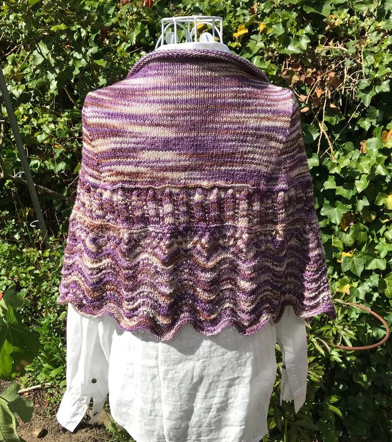 Kleinesbild - Schultertuch Stola in Wellen- und Lochmustern, handgefärbte Wolle