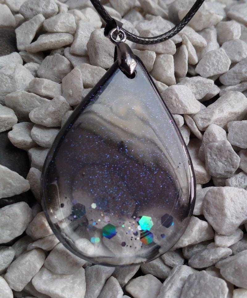Kleinesbild - Kettenanhänger Epoxidharz schwarz transparent