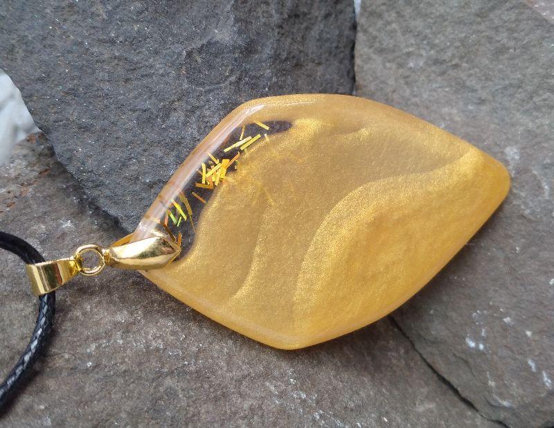 Kleinesbild - Großer, goldfarbener Anhänger aus Resin