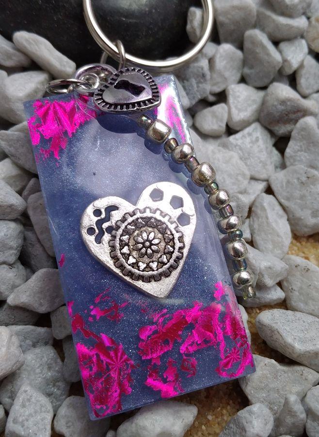 Kleinesbild - handgefertigter Schlüsselanhänger lila mit Herz und Perlen