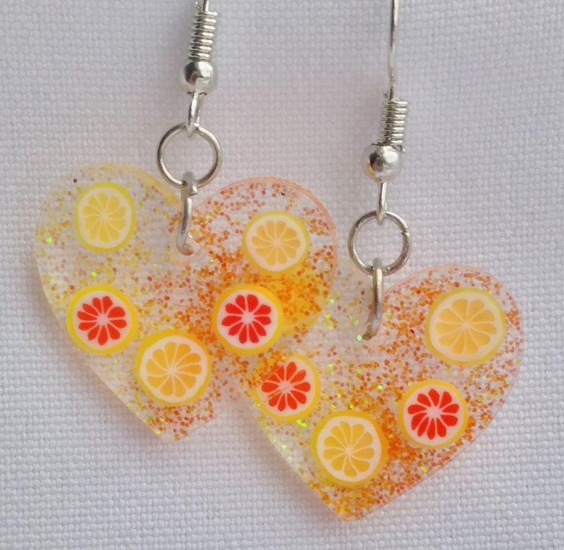 - sommerliche Ohrringe, Herzanhänger aus Resin - sommerliche Ohrringe, Herzanhänger aus Resin