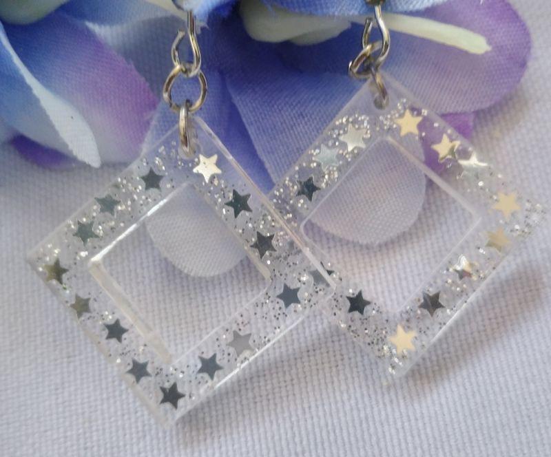 - transparente Ohrhänger mit silbernen Sternchen - transparente Ohrhänger mit silbernen Sternchen
