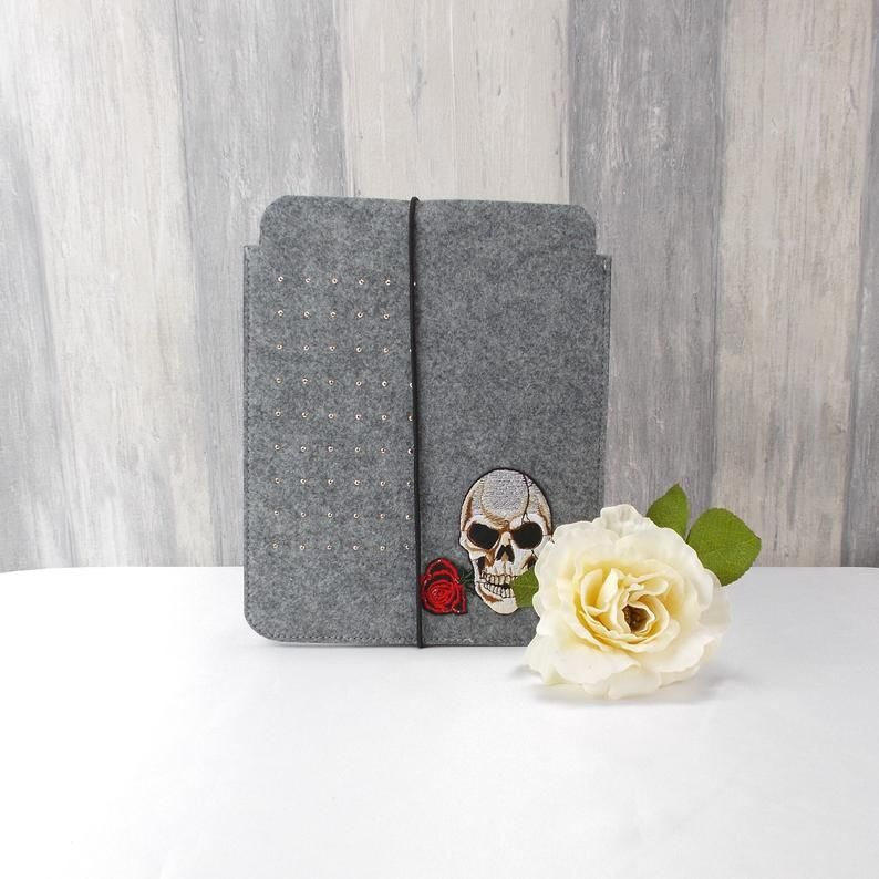 Kleinesbild - Tasche für E-Reader oder Tablett, Filz, Storage bag, mittelgrau, mit Totenkopf