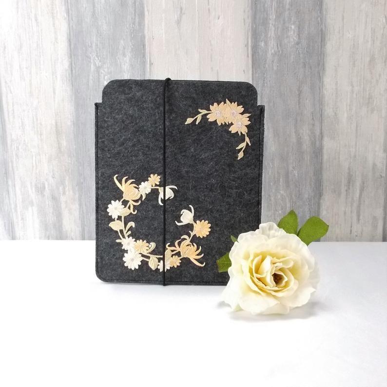 - Tasche für E-Reader oder Tablett, Filz, Storage bag, dunkelgrau, Blütenkranz - Tasche für E-Reader oder Tablett, Filz, Storage bag, dunkelgrau, Blütenkranz