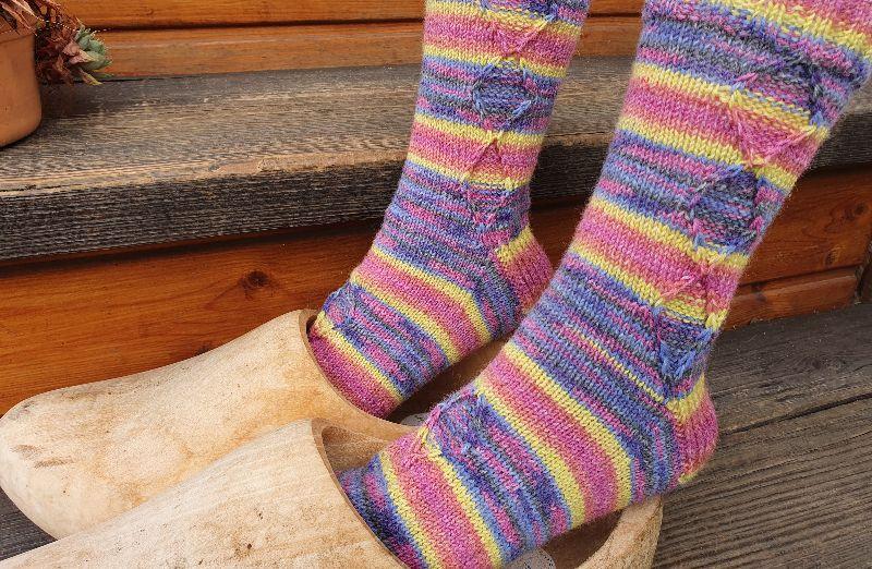 Kleinesbild - Socken Gr. 38-39 handgestickt von NahtundMasche in fröhlicher Farbkombination