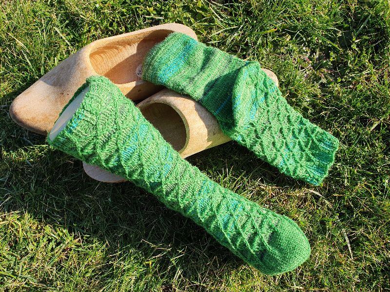 Kleinesbild - Gestrickte Socken im Matrixmuster für Gr. 39-40 handgestrickt von NahtundMasche, Wollsocken, Kuschelsocken