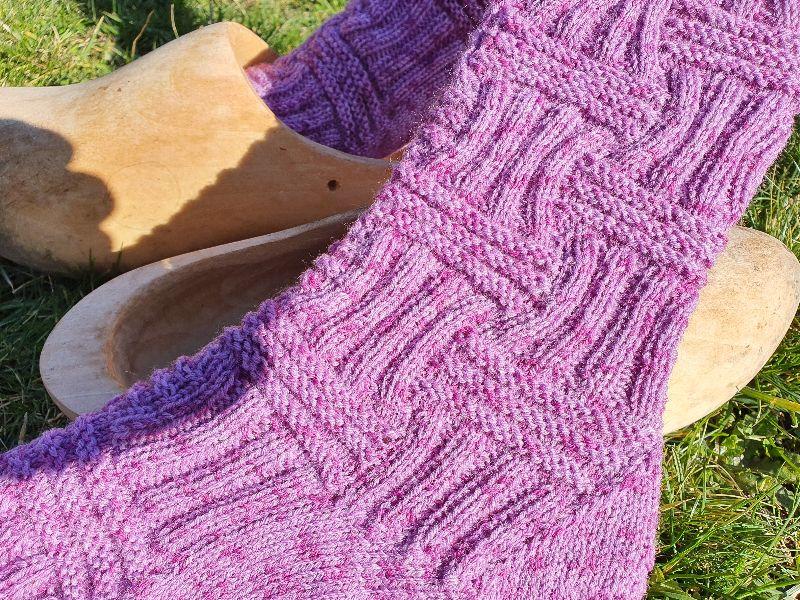 - Gestrickte Socken in violett meliert mit langem Schaft, Gr. 39/40 handgestrickt von NahtundMasche - Gestrickte Socken in violett meliert mit langem Schaft, Gr. 39/40 handgestrickt von NahtundMasche
