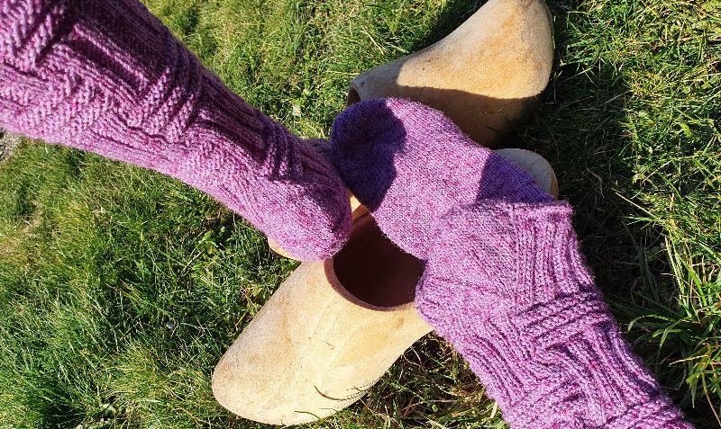 Kleinesbild - Gestrickte Socken in violett meliert mit langem Schaft, Gr. 39/40 handgestrickt von NahtundMasche