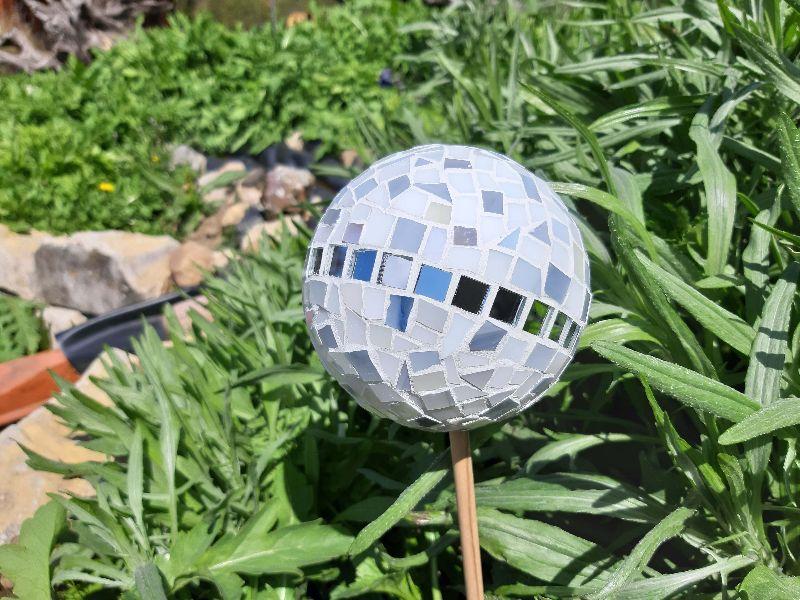 Kleinesbild - Glasmosaik Rosenkugel grau weiß 11cm Pflanzenstecker Mosaik Tiffanyglas Gartendeko