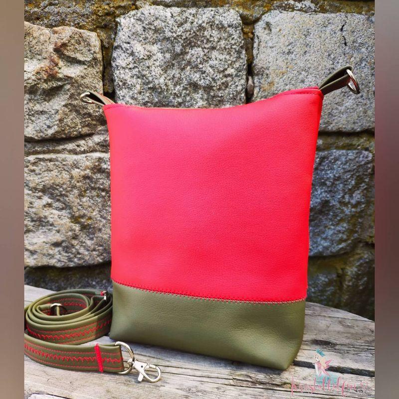 Kleinesbild - Umhängetasche genäht aus festem Kunstleder und Canvas rot und oliv. Mit eigener Plottervorlage Lebensbaum, kleinen Innensteckfach, verstellbarem Träger, in Größe 24x20cm.