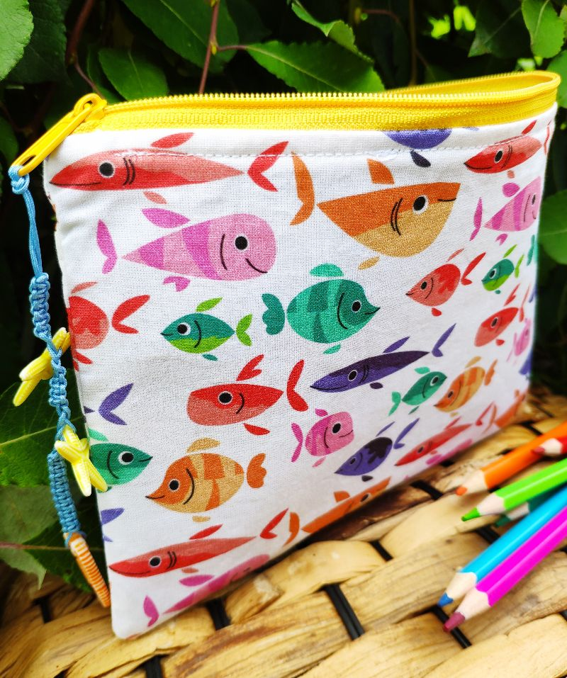 Kleinesbild - Stiftemäppchen für kleine und große Fischfans, genäht aus Baumwollstoff mit bunten Fischen und Jeansstoff. Diese kleine Tasche hat eine Größe von ca 19x14 cm und bietet nicht nur
