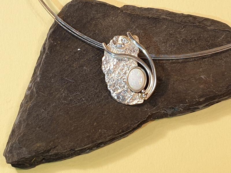 Kleinesbild - Kettenanhänger mit weißem Opal