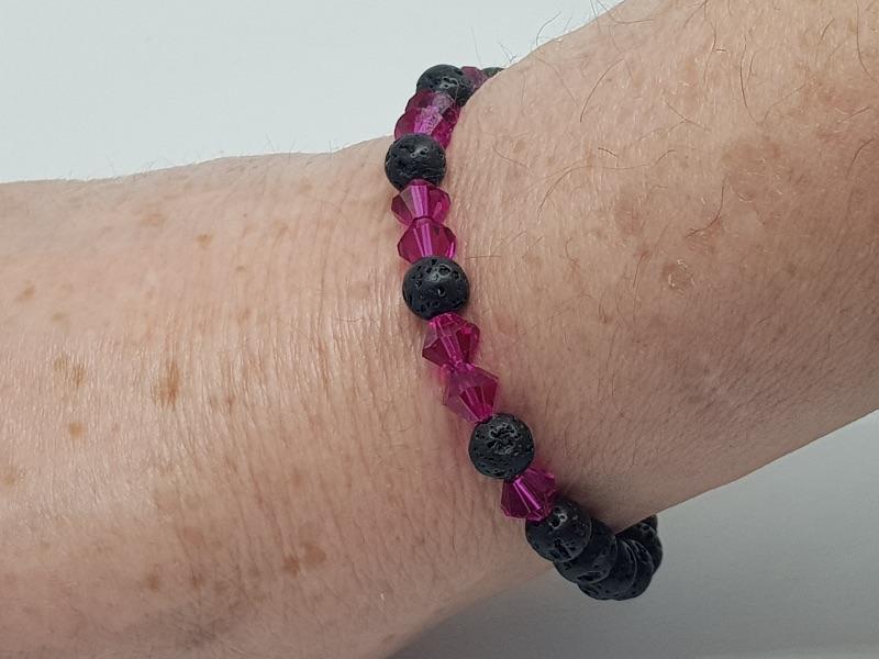 Kleinesbild - Armband aus Lava und  Kristall in perfekter Verbindung kaufen.