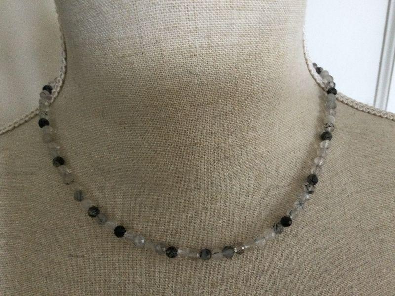 Kleinesbild - Feine Halskette aus facettiertem schwarzem Rutilquarz, ungewöhnlich und sehr edel.