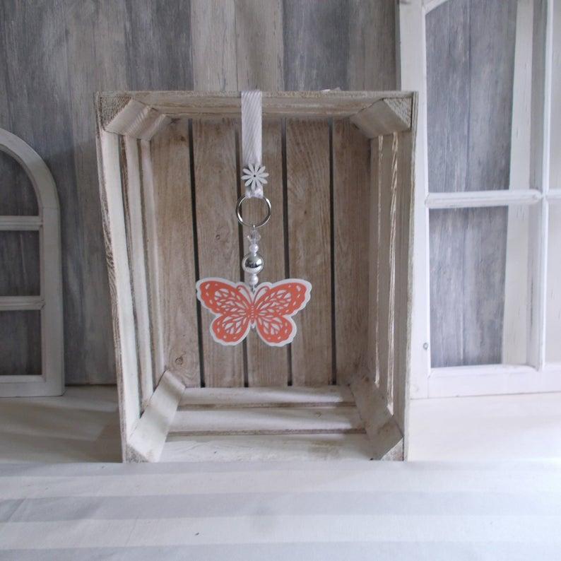 - Fensterdeko, Hänger mit Holz-Schmetterling in weiß dunkelrosa, Türkranz - Fensterdeko, Hänger mit Holz-Schmetterling in weiß dunkelrosa, Türkranz