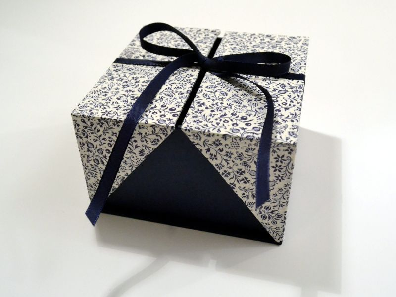 - Schachtel für Geschenke - blaue Blumen  - Schachtel für Geschenke - blaue Blumen