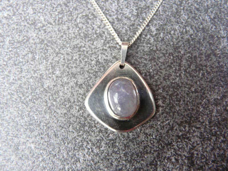 - Silberkette mit einem Silberanhänger mit einem Iolith - Silberkette mit einem Silberanhänger mit einem Iolith