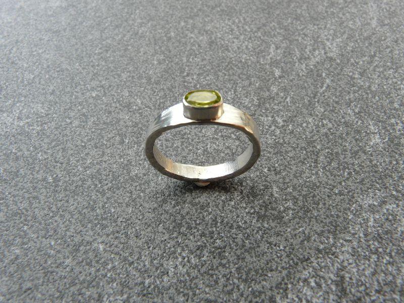 Kleinesbild - Handgeschmiedeter Ring aus Silber 925 mit einem 6x4 mm großen facettierten Peridot