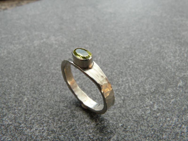 - Handgeschmiedeter Ring aus Silber 925 mit einem 6x4 mm großen facettierten Peridot  - Handgeschmiedeter Ring aus Silber 925 mit einem 6x4 mm großen facettierten Peridot