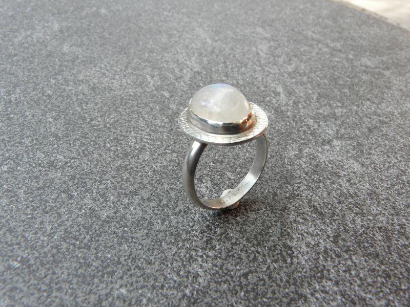 - Handgeschmiedeter Ring aus Silber 925 mit einem 15x10 mm großen Mondstein - Handgeschmiedeter Ring aus Silber 925 mit einem 15x10 mm großen Mondstein