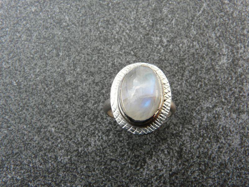 Kleinesbild - Handgeschmiedeter Ring aus Silber 925 mit einem 15x10 mm großen Mondstein
