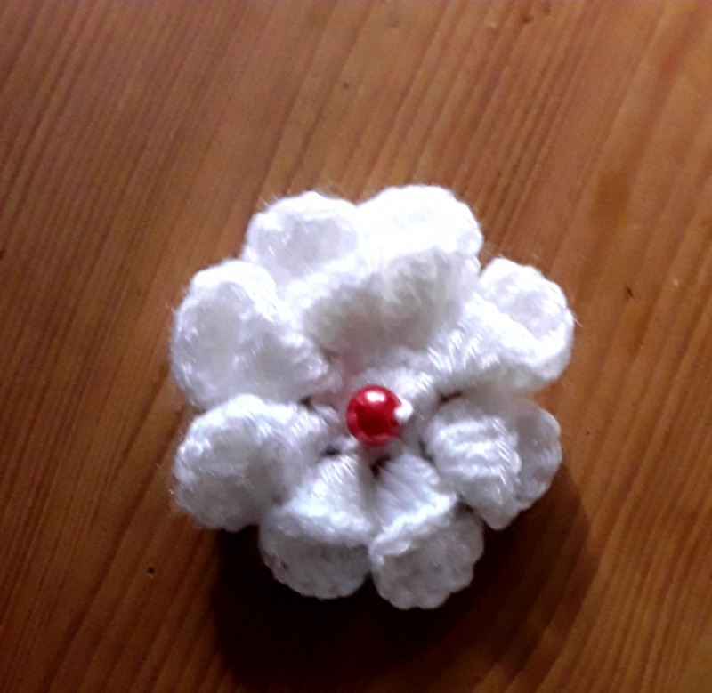 Kleinesbild - gehäkelte Blüten in 3 D Optik mit Perle