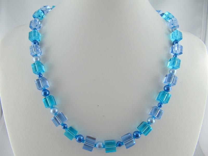 Kleinesbild - Kette Blau Würfel und Perlen (297)
