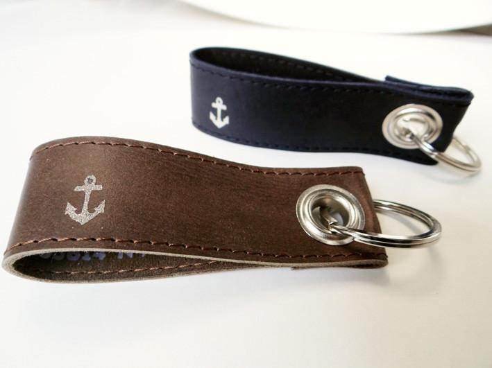 Kleinesbild - Schlüsselanhänger aus Leder mit Anker und Wunschtext von SchlüsselundWort