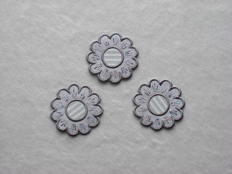 - Blumen Nr.5, 3er Set, grau, Stickapplikation zum Aufbügeln           - Blumen Nr.5, 3er Set, grau, Stickapplikation zum Aufbügeln