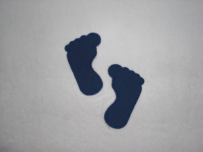 - 2 große Füße in dunkelblau, Stickapplikation zum Aufbügeln                        - 2 große Füße in dunkelblau, Stickapplikation zum Aufbügeln