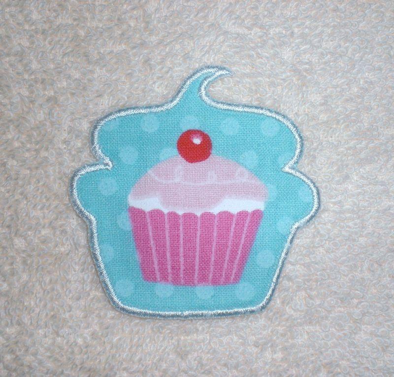- Cupcake mit Kirsche in türkis, Nr.1, Stickapplikation zum Aufbügeln               - Cupcake mit Kirsche in türkis, Nr.1, Stickapplikation zum Aufbügeln