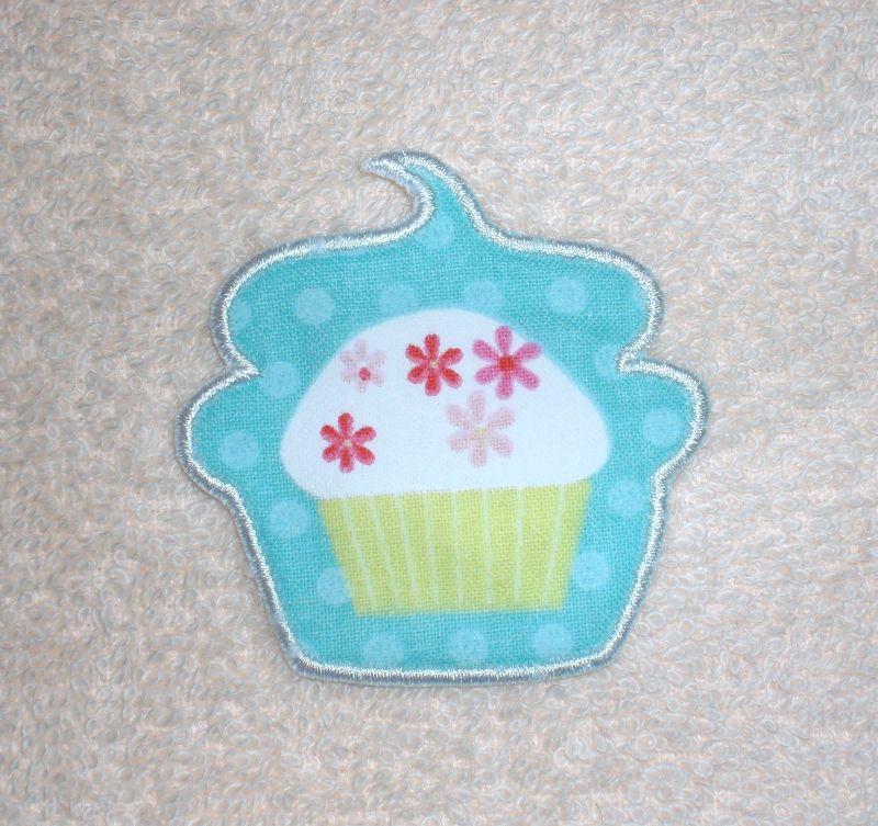 - Cupcake mit Blüten in türkis, Stickapplikation zum Aufbügeln                  - Cupcake mit Blüten in türkis, Stickapplikation zum Aufbügeln
