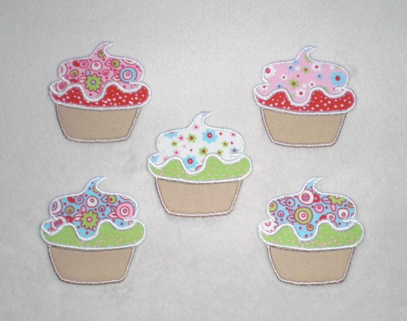 Kleinesbild - Cupcake mit Blüten in lila, Stickapplikation zum Aufbügeln