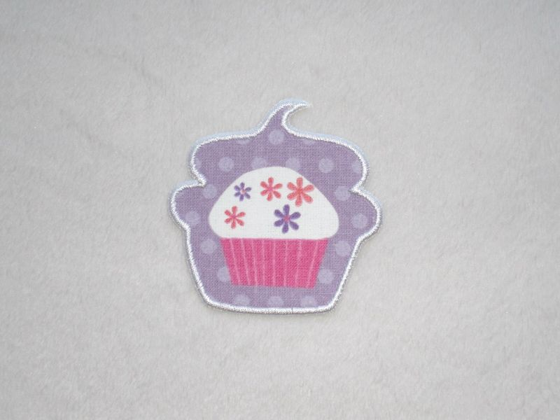 - Cupcake mit Blüten in lila, Stickapplikation zum Aufbügeln                   - Cupcake mit Blüten in lila, Stickapplikation zum Aufbügeln