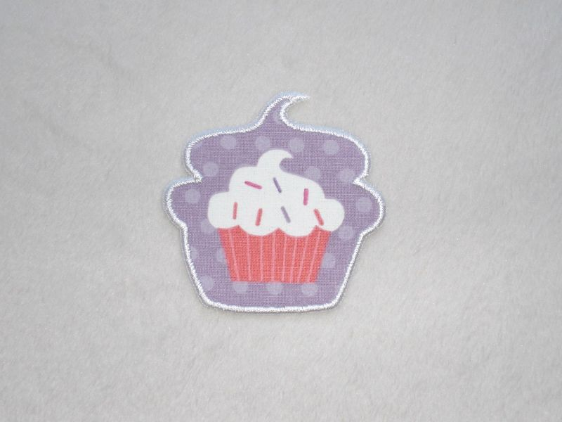 - Cupcake mit Streusel in lila, Stickapplikation zum Aufbügeln                  - Cupcake mit Streusel in lila, Stickapplikation zum Aufbügeln