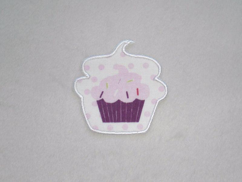 - Cupcake mit Streusel in weiß, Stickapplikation zum Aufbügeln                   - Cupcake mit Streusel in weiß, Stickapplikation zum Aufbügeln