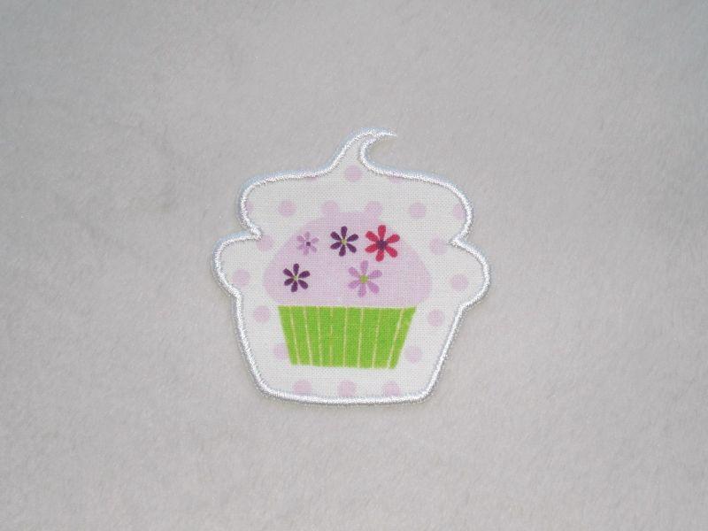 - Cupcake mit Blüten in weiß, Stickapplikation zum Aufbügeln                    - Cupcake mit Blüten in weiß, Stickapplikation zum Aufbügeln