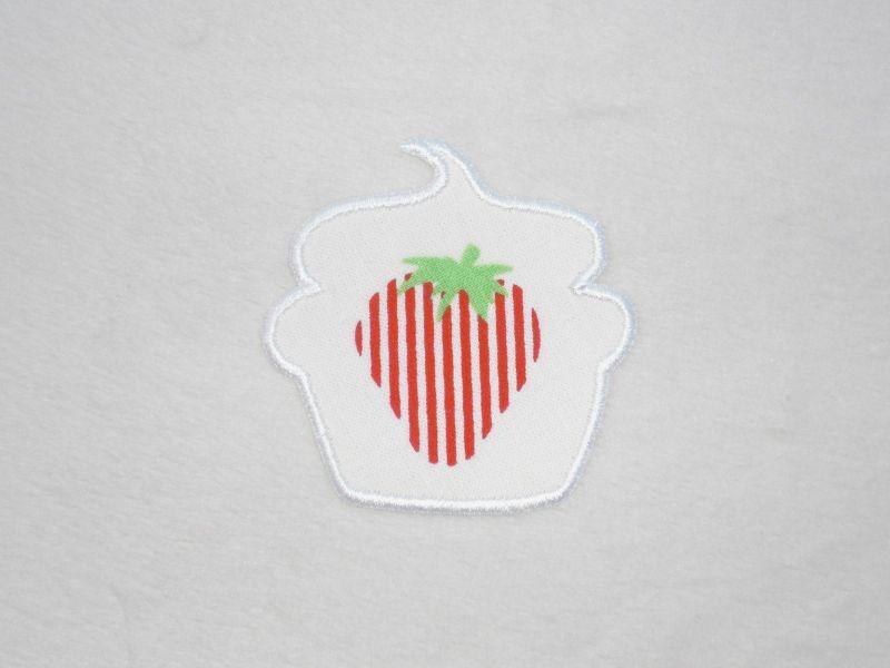 - Cupcake Erdbeere mit Streifen in weiß, Stickapplikation zum Aufbügeln               - Cupcake Erdbeere mit Streifen in weiß, Stickapplikation zum Aufbügeln